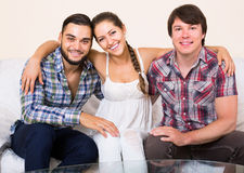 家庭内部的愉快的成人伙伴 免版税库存照片
