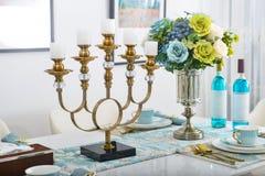 家庭内部装饰,烛台,在花瓶的花束 免版税图库摄影