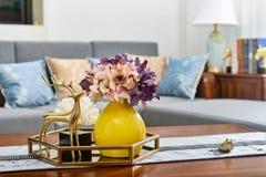 家庭内部装饰,金黄金属鹿,在花瓶的花束 图库摄影