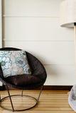家庭内部,大圆的藤椅 免版税库存照片
