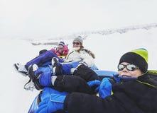 家庭冬天乐趣 Sledding和使用在雪 免版税库存图片