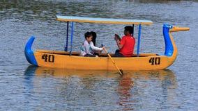 家庭划船在伯翰姆公园在碧瑶市,菲律宾 免版税库存图片