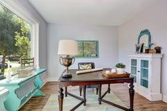 家庭办公室内部 葡萄酒木书桌在老牌房子里 免版税库存照片