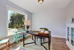 家庭办公室内部 葡萄酒木书桌在老牌房子里 库存照片