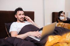 家庭办公室在您的床上 免版税图库摄影