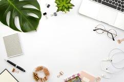 家庭办公室工作区舱内甲板放置与膝上型计算机、棕榈叶和辅助部件的框架 顶视图 免版税库存图片