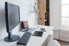 家庭办公室白色桌、大窗口和计算机 免版税库存图片