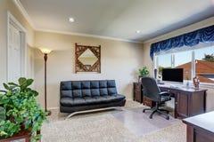 家庭办公室豪华内部有黑皮革沙发的 免版税图库摄影