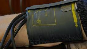 家庭医生测量耐心` s血压 股票录像