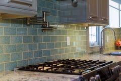 家庭厨房改造worm& x27; 在一个新的厨房安装的s视图 免版税库存图片