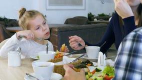 家庭吃健康午餐在餐馆 吃菜沙拉用白面包的小女儿 股票录像