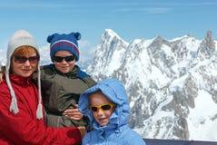 家庭和勃朗峰山断层块后面(法国) 免版税库存照片