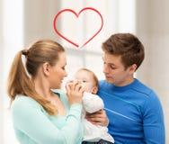家庭和可爱的婴孩有哺养瓶的 免版税图库摄影