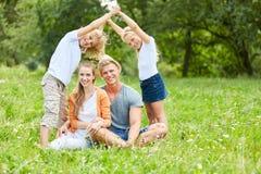 家庭和孩子盼望自己的家 免版税库存图片
