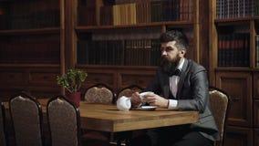 家庭和豪华概念 有胡子的人在家喝茶或咖啡 有镇静面孔的成熟人享用下午茶 影视素材