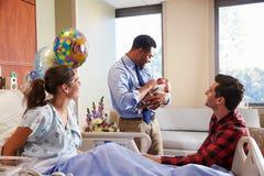 家庭和With Baby In Post医生新生部门 免版税图库摄影