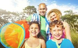 家庭哄骗父母嬉戏的公园夏天概念 免版税库存照片