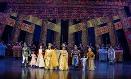家庭团聚尾巴帷幕:`丝绸之路` -史诗舞蹈戏曲`丝绸公主` 库存照片