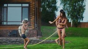 家庭在一栋乡间别墅的后院在夏天放松使用用水和冲洗 股票视频