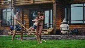 家庭在一栋乡间别墅的后院在夏天放松使用用水和冲洗 影视素材