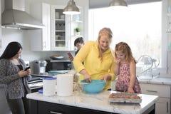家庭在一起厨房里 免版税库存图片