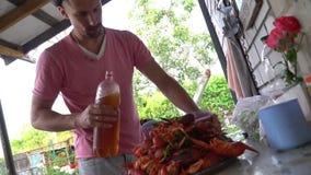 家庭在乡间别墅里吃小龙虾 股票视频