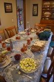 家庭在假日布置的饭桌 库存照片