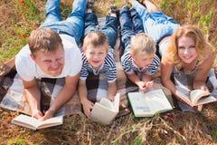 家庭在公园 库存照片