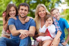 家庭在公园 库存图片