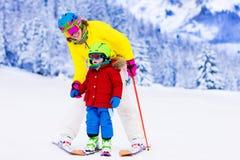 家庭在冬天山的滑雪和雪乐趣 库存图片