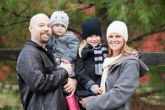 家庭在冬天 库存图片