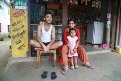 家庭在原始的Tanu家庭的村庄在尼泊尔 免版税库存图片