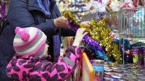 家庭在商店选择一棵人为圣诞树,Xmas装饰 股票视频