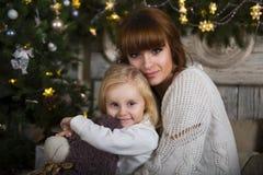 家庭在圣诞树下 免版税库存图片