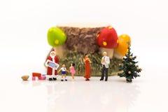 家庭在圣诞节一起花费时间,愉快地集会 图象用途为家庭天 库存图片