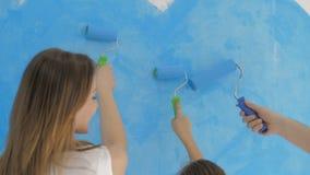 家庭在墙壁上的凹道心脏有蓝色油漆的 愉快的日概念 股票视频