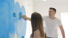 家庭在墙壁上的凹道心脏有蓝色油漆的 愉快的日概念 影视素材