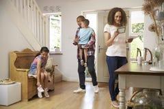 家庭在家一起返回的走廊 免版税库存照片