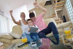 家庭在家使用片剂计算机 库存照片