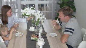 家庭在家吃从食物交付的寿司 股票视频