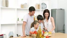 家庭在家在准备午餐的厨房里 股票视频