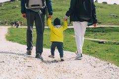 家庭在山的一迁徙的天 Velika Planina或大 免版税库存照片