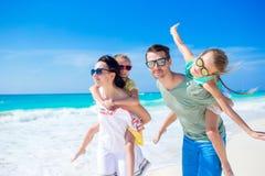 年轻家庭在度假获得很多乐趣 库存照片