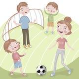 家庭在度假踢橄榄球的 免版税图库摄影