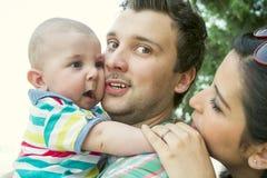 年轻家庭在度假 免版税库存图片