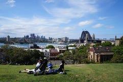 家庭在悉尼放松 免版税库存照片