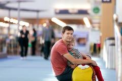 家庭在机场 免版税库存照片
