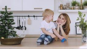 家庭在桌上的妈妈和儿子戏剧在厨房里 圣诞节内部 股票录像