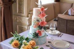 家庭在桌上的婚礼为有排列的蛋糕在用桃红色玫瑰和绿色装饰的餐馆在一个土气样式离开 免版税图库摄影