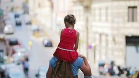 家庭在欧洲 愉快的父亲和小可爱的女孩在夏天意大利语期间的罗马假期 股票录像